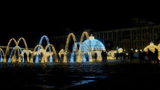 Weihnachtliche Dekoration auf dem Domplatz in Magdeburg