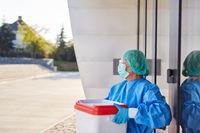 Chirurg mit Organtransport nach Organspende vor Klinik Eingang