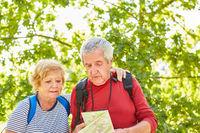 Aktives Senioren Paar auf einer Natur Wanderung