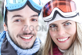 Paar im Winter im Skiurlaub
