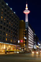 Kyoto Tower und New Hankyo Hotel in Kyoto in Japan