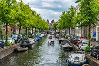 Viele Boote auf einer Gracht in Haarlem