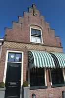 Historisches Giebelhaus mit Korbmarkisen. Friesland, Niederlande