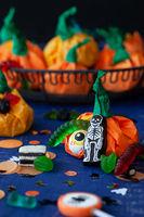 Kleine Paeckchen mit Halloween Suessigkeiten