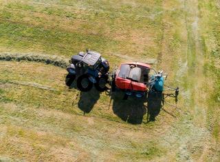 Heuernte verarbeitet zu Rundballen auf einem Feld