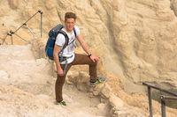 Junger Mann wandert im En Gedi Nationalpark, Israel