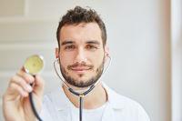 Doktor mit Stethoskop in der Praxis