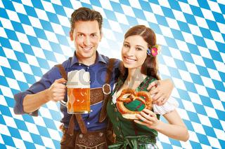 Paar zum Oktoberfest mit Bier und Brezel