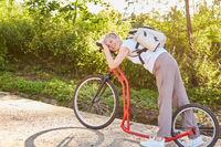 Aktive Seniorin beim Tretroller fahren im Sommer