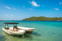 Fischerboote im Meer in der Nähe des kleinen Touristendorfs Iboh auf der Insel Weh