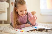 Kind macht Hausaufgaben für die Schule