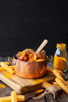 Deftige Currywurst mit Pommes