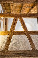 Holzbalken im Innenbereich eines Gebäudes. Holzbalkenkonstruktion in
