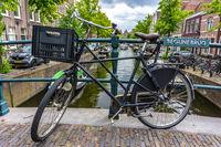 Fahrrad an einer Gracht in Haarlem eine Holländischen Stadt