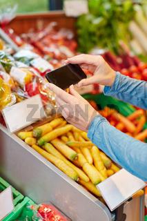 App im Smartphone beim Preisvergleich