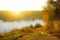 Abendsonne über Herbstnebel