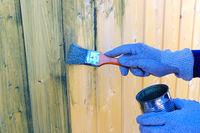 mit einem Malerpinsel Holz-lasieren -  working with a paintbrush on fresh wood
