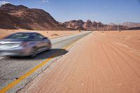 Auto auf Strasse in der Wüste