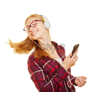 Junge Frau mit Smartphone beim Musik hören