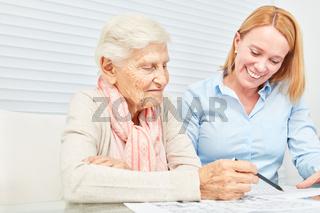 Seniorin löst Rätsel als Gedächtnistraining