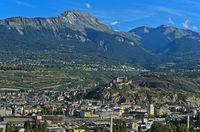 Die Stadt Sitten mit der Basilika von Valeria  im Rohnetal, Sion, Wallis, Schweiz