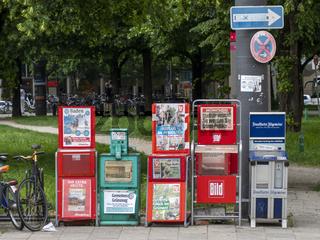 Gruppe von Zeitungsverkaufsständern - Pressevielfalt in München