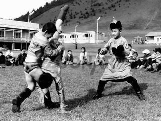 Junge mongolische Ringer beim Wettkampf im Adlerringen, Foto von 1977