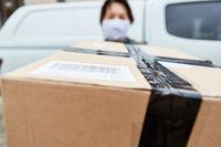 Paket Lieferung wird Lieferdienst Paketbotin gehalten