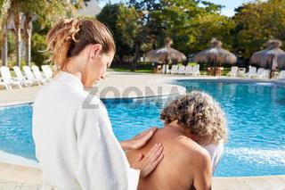 Alte Frau bekommt Massage im Wellness Urlaub