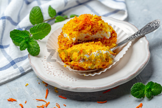 Mini carrot cake with cream and a touch of crumbs.