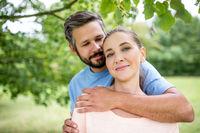 Glückliches Paar in Liebe im Sommer in der Natur
