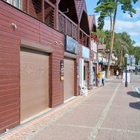Geschlossene Geschäfte am Ende der Urlaubssaison im Ort Niechorze