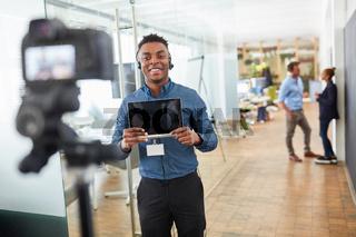 Junger Business Mann vor der Video Kamera