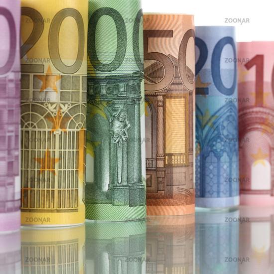 Gerollte Euro Scheine in einer Reihe