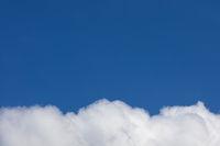 Blauer Himmel über weißer Wolke