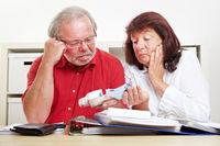 Besorgte Senioren zählen Geld