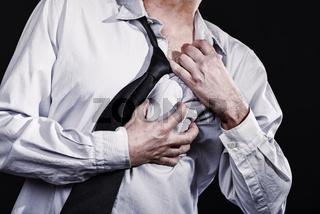 Mann erleidet einen Herzinfarkt