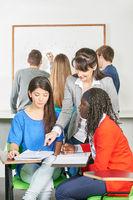 Lehrer beim Nachhilfe geben in Schule