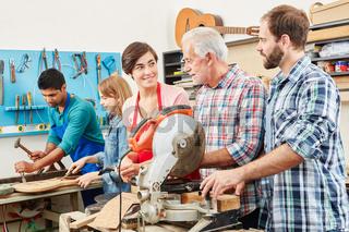 Mann mit Lehrling und Azubi in Werkstatt