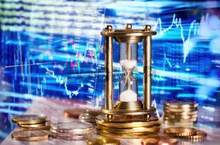 Sanduhr und Daten des Finanzmarktes