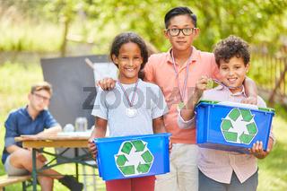Drei Kinder als ehrenamtliche Umweltschützer