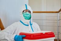 Mediziner in Schutzkleidung mit Organspende Transport für Operation