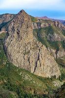 Lavakegel eines alten Vulkanes - Der markante Roque de Agando auf der Insel La Gomera