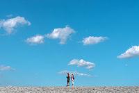 Touristen auf dem Damm bei Bensersiel