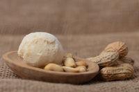 Erdnuttbuttereiscreme mit Erdnüssen in Schälchen