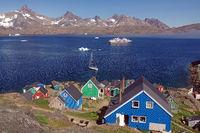 Der Ort Tasilaq und Kruzfahrtschiff