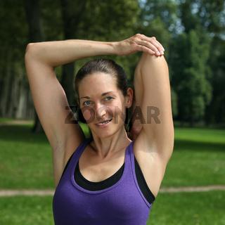 Attraktive Frau macht Stretching beim Sport oder Laufen