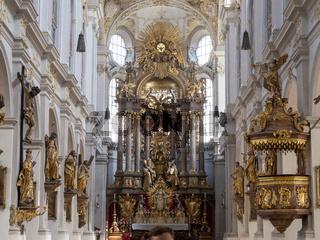 Innenansicht der Kirche St. Peter - Barocker Hochaltar und Rokoko-Kanzel