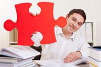 Student hält rotes Puzzleteil