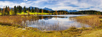 Panorama im Allgäu mit See und Bergkette